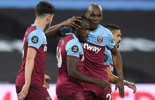 West Ham beat Chelsea with a late goal