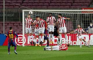 Lionel Messi scores a free kick against Athletic Bilbao