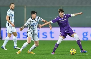 Fiorentina forward and Man City target Dusan Vlahovic in action against Inter Milan