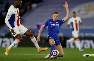 Jonny Evans makes last-ditch tackle on Benteke for Leicester vs Crystal Palace