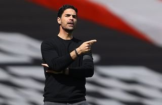 Arsenal manager Mikel Arteta giving instructions