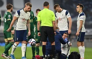 Giovani Lo Celso receives treatment after Fleck's foul in Spurs vs Sheffield United