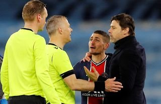 Marco Verratti complains to the referee in Man City vs PSG