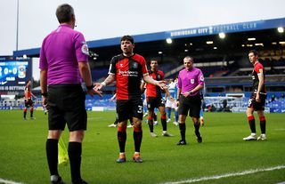 Coventry City midfieler Gustavo Hamer argues with the linesman against Birmingham City at St Andrews