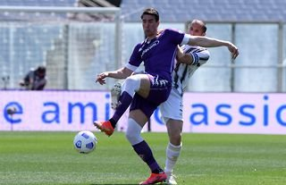 Dusan Vlahovic in action for Fiorentina amid speculation over a move to Man United