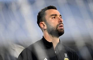 Wolves goalkeeper and Roma target Rui Patricio warming up