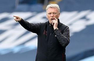West Ham manager David Moyes giving instructions to his team