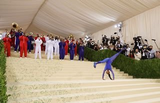 Gymnast Nia Dennis kicked off the 2021 Met Gala with an incredible performance on the red carpet